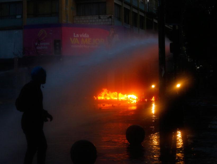 Valparaíso: detiene a un hombre por arrojarle bombas molotov a Carabineros
